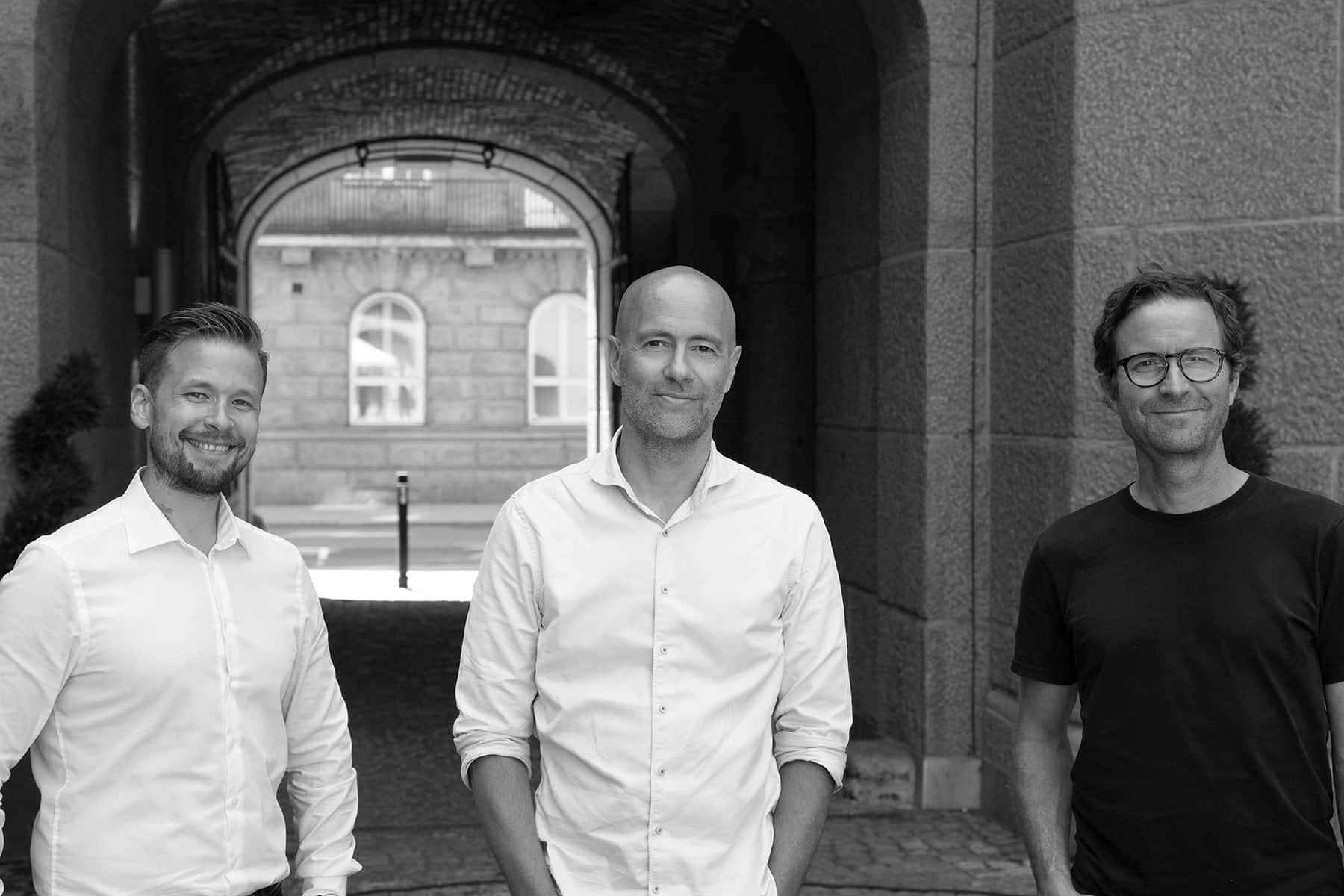 Sort-hvitt foto av 3 menn i bakgård: Thomas Bjerkeli, Jan Johnsen og Peder Mittet fra Publicis lanserer plattform for digitale mediekjøp